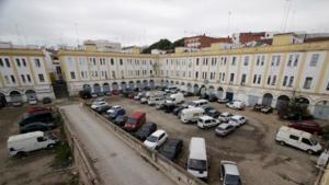 Bloque de pisos en subasta con coches aparcados cerca